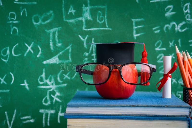 Símbolo do conhecimento de Apple e livros do lápis na mesa imagem de stock