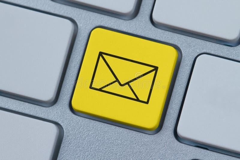 Símbolo do correio na chave de computador fotografia de stock