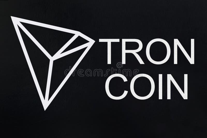 Símbolo do cryptocurrency novo - moeda de Tron no fundo preto do grunge imagens de stock