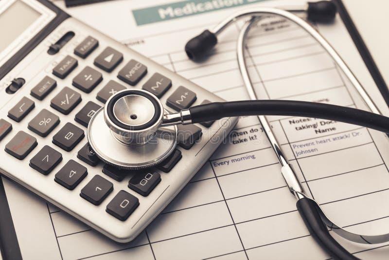 Símbolo do estetoscópio e da calculadora para a saúde foto de stock royalty free