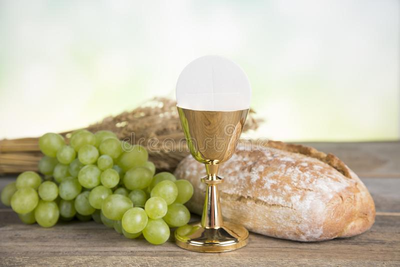 Símbolo do Eucaristia do pão e o vinho, o cálice e o anfitrião, primeiro comm imagem de stock royalty free