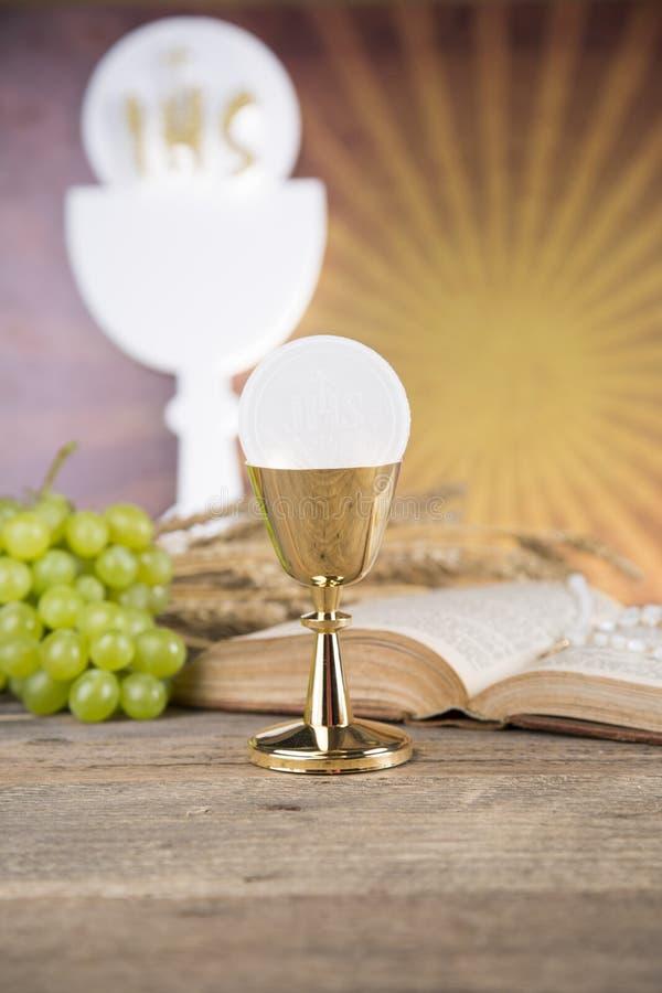 Símbolo do Eucaristia do pão e o vinho, o cálice e o anfitrião, primeiro comm fotografia de stock