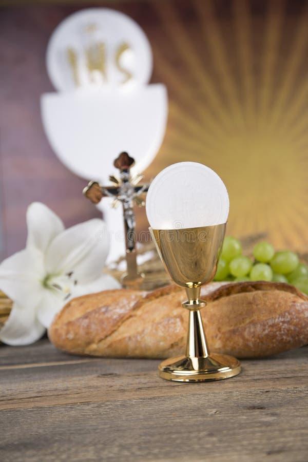 Símbolo do Eucaristia do pão e o vinho, o cálice e o anfitrião, primeiro comm foto de stock royalty free