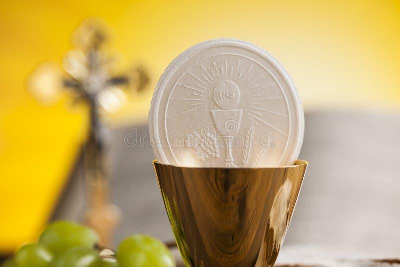 Símbolo do Eucaristia do pão e o vinho, o cálice e o anfitrião, primeiro comm fotografia de stock royalty free