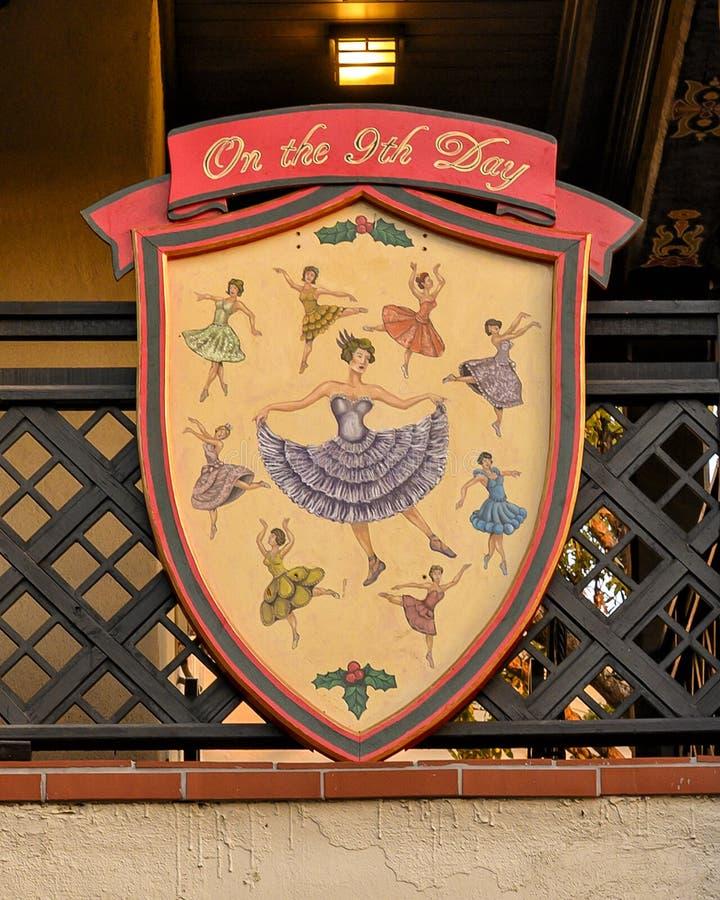 Símbolo do nono dia do famoso 'Os Doze Dias do Natal', uma canção com doze versos cada descrevendo um presente dado imagem de stock