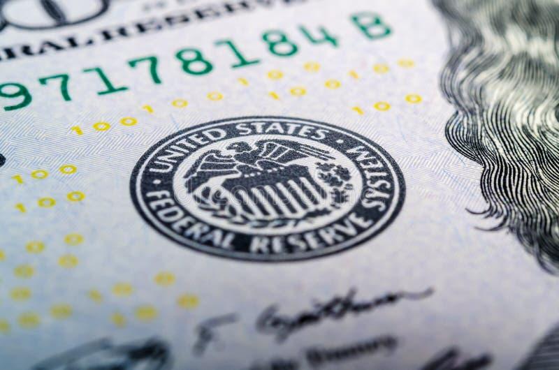Símbolo do sistema de reserva federal em cem Mac do close up da nota de dólar imagens de stock