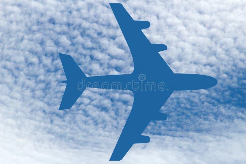 SÍMBOLO dos AVIÕES feito das nuvens em um céu azul imagem de stock