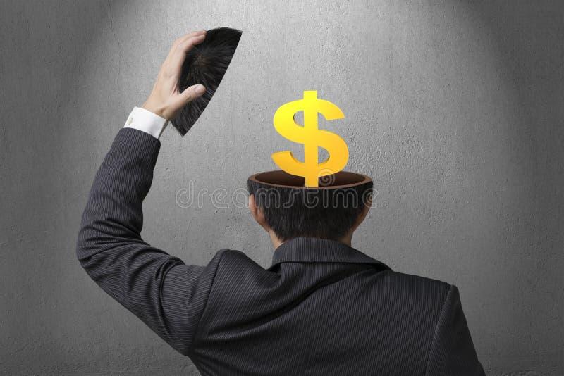 Símbolo dourado do dinheiro dentro da cabeça do homem de negócios no fundo do muro de cimento fotos de stock royalty free