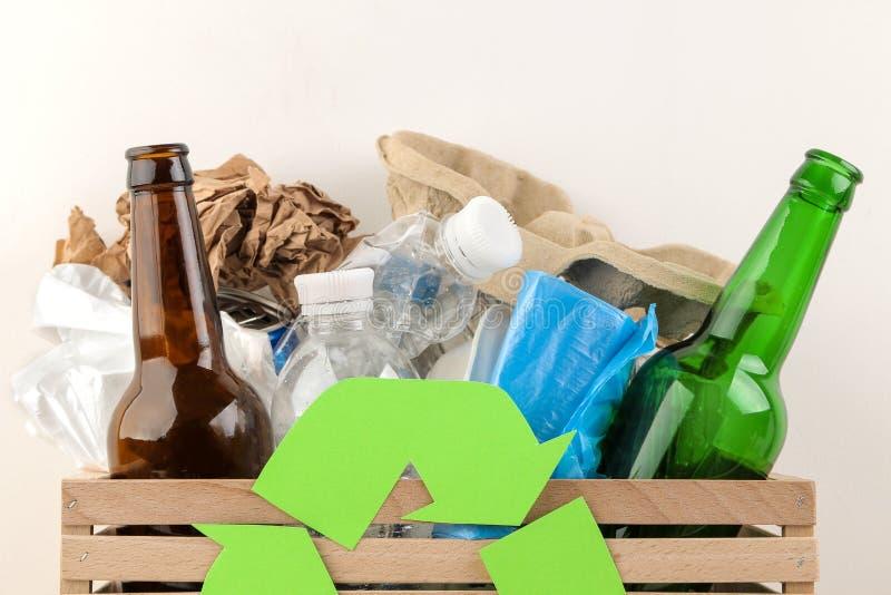 Símbolo e lixo de Eco na caixa recycling Reciclagem de resíduos Em um fundo claro imagem de stock