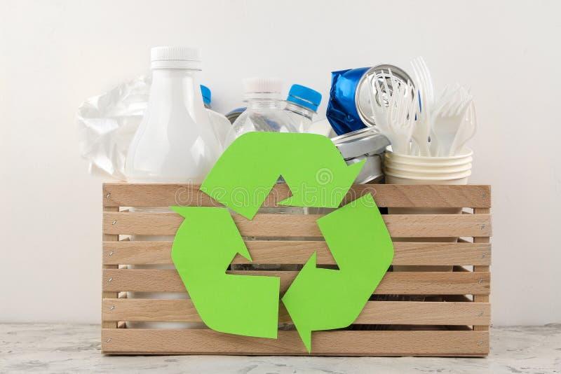 Símbolo e lixo de Eco na caixa recycling Reciclagem de resíduos Em um fundo claro imagens de stock