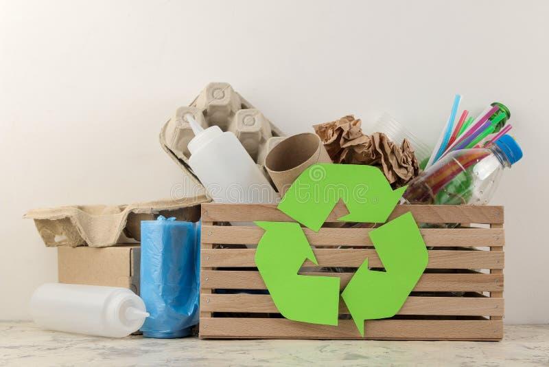 Símbolo e lixo de Eco na caixa recycling Reciclagem de resíduos Em um fundo claro fotografia de stock royalty free