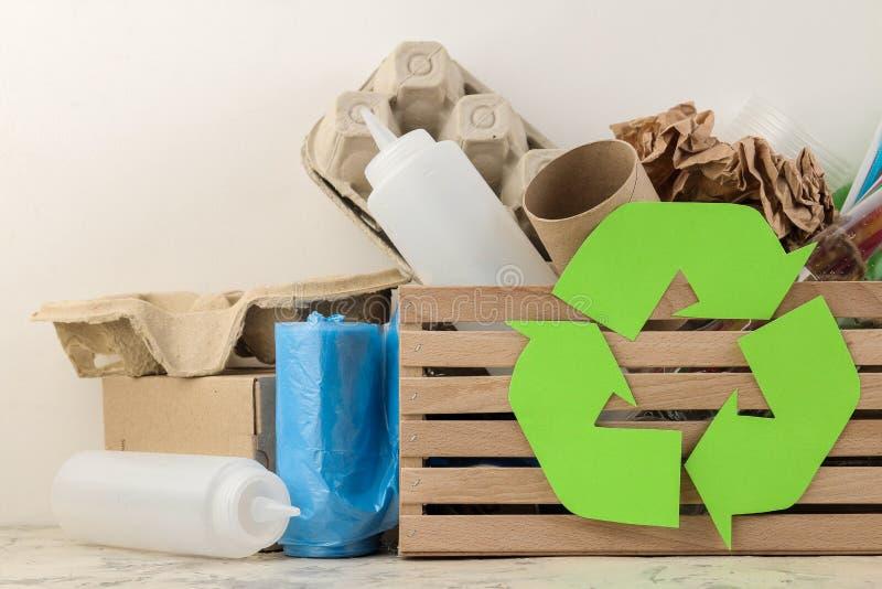 Símbolo e lixo de Eco na caixa recycling Reciclagem de resíduos Em um fundo claro imagens de stock royalty free
