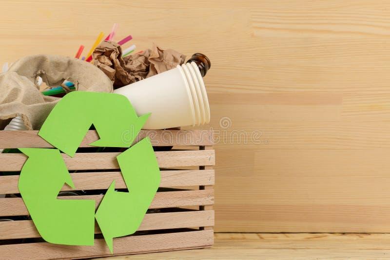 Símbolo e lixo de Eco na caixa recycling Reciclagem de resíduos no fundo de madeira natural imagens de stock