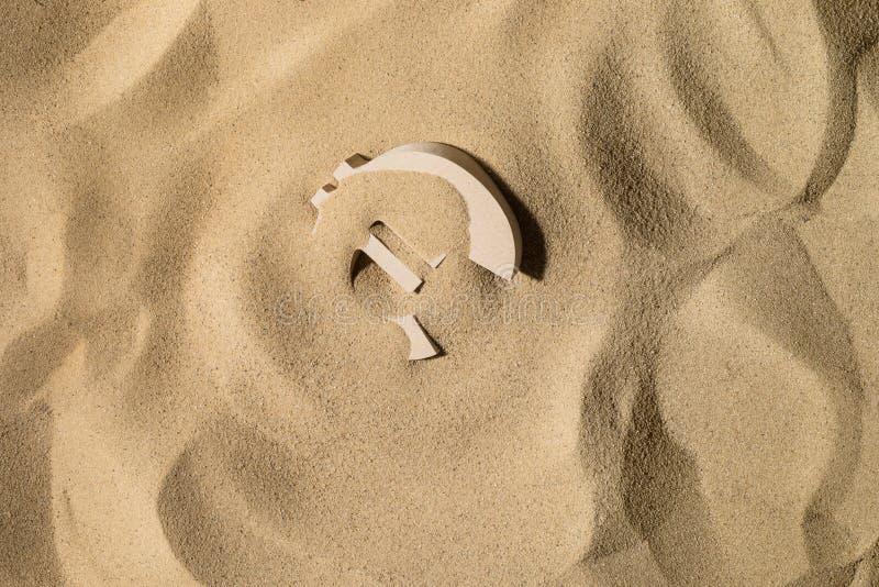 Símbolo euro debajo de la arena imagenes de archivo