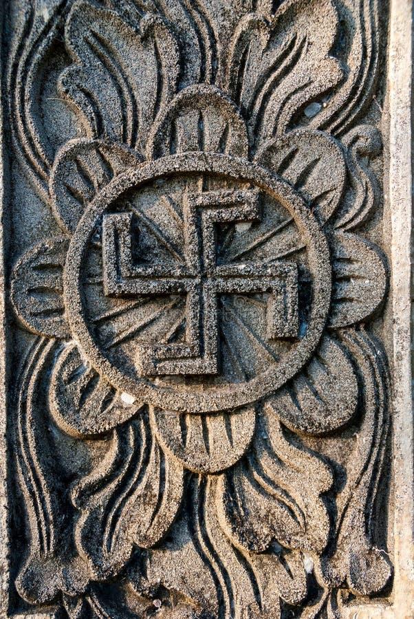 Símbolo hindú espiritual - cruz gamada en el templo imágenes de archivo libres de regalías