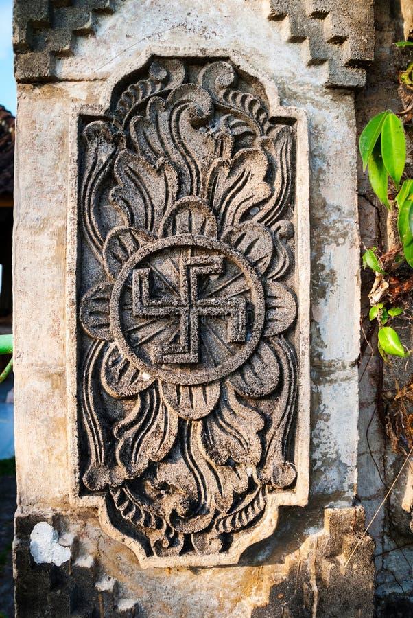 Símbolo hindú espiritual - cruz gamada en el templo imagenes de archivo