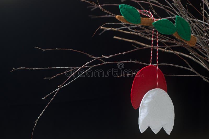 Símbolo Martenitsa da mola ou martisor que consiste nas partes vermelhas e brancas, tradicionais para Romênia, Moldova, Bulgária foto de stock