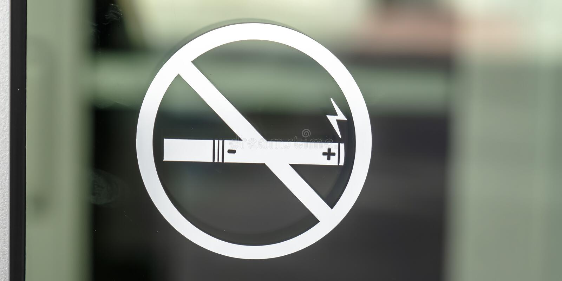 Símbolo não fumadores do sinal em uma superfície de vidro imagem de stock