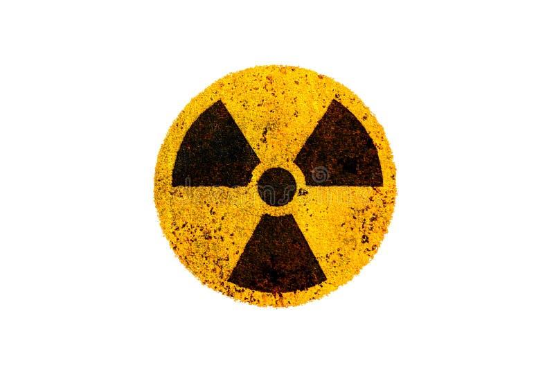 Símbolo nuclear radioativo amarelo e preto redondo do perigo da radiação ionizante na textura suja do metal oxidado e isolado no  ilustração stock