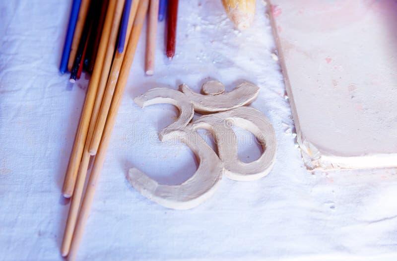 Símbolo OM com argila na mesa ilustração do vetor
