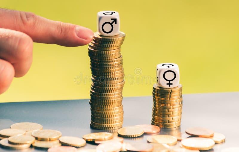 Símbolo para o pagamento desigual Símbolos do gênero em pilhas altas diferentes de moedas imagem de stock