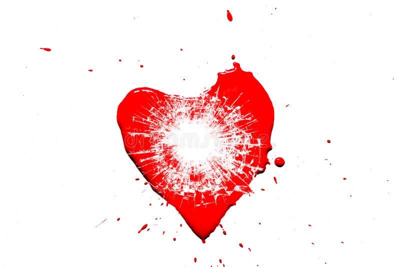Símbolo rojo del corazón roto en pequeñas astillas del vidrio de un tiro de una pistola con un agujero de una bala aislada imágenes de archivo libres de regalías