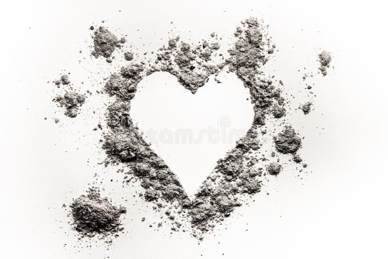 Símbolo romântico do amor do coração feito na cinza, na poeira ou na areia foto de stock