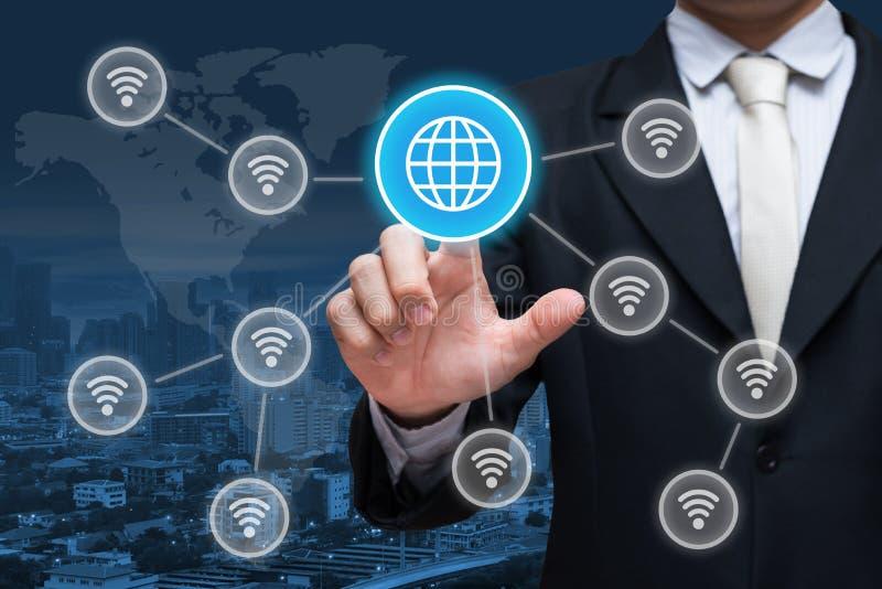 Símbolo social do wifi da rede do toque da mão do homem de negócios no backgr da cidade imagem de stock royalty free