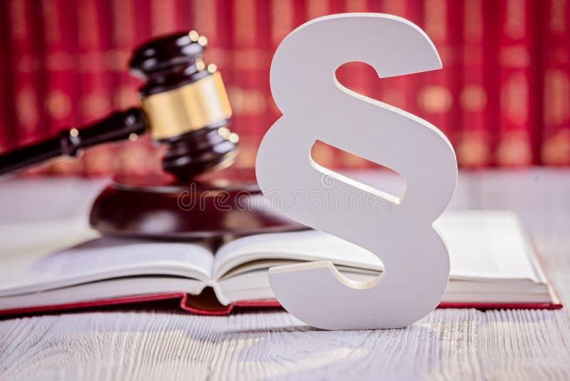 Símbolos da biblioteca da lei no tribunal fotos de stock royalty free