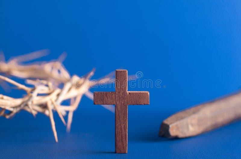 Símbolos da crucificação em um fundo azul fotografia de stock royalty free