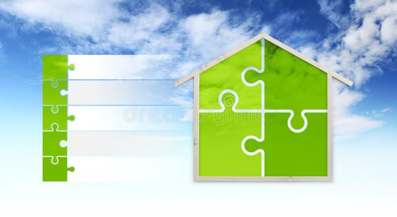 Símbolos da forma e do enigma da casa, isolados no fundo do céu, infographic para construções verdes e para salvar o eco da energ imagem de stock