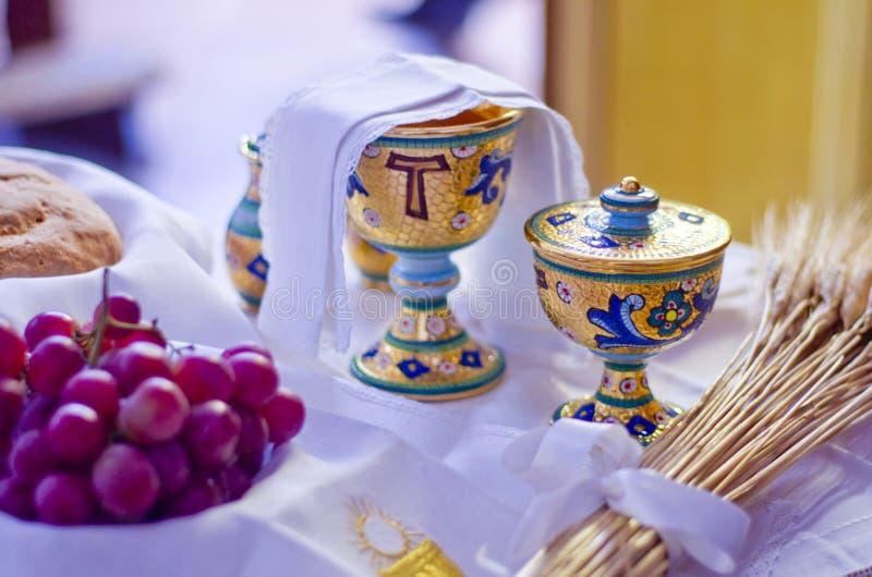 Símbolos da religião: pão e vinho imagem de stock royalty free