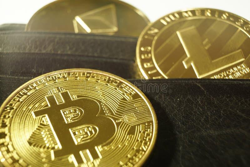 Símbolos de Cryptocurrency, bitcoin, etheureum, litecoin, en cartera imagen de archivo