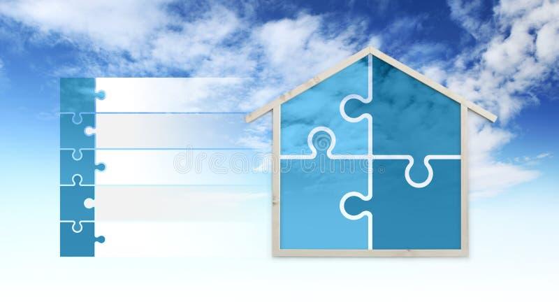 Símbolos de la forma y del rompecabezas de la casa, aislados en el fondo del cielo, infographic para los edificios verdes, contin fotografía de archivo