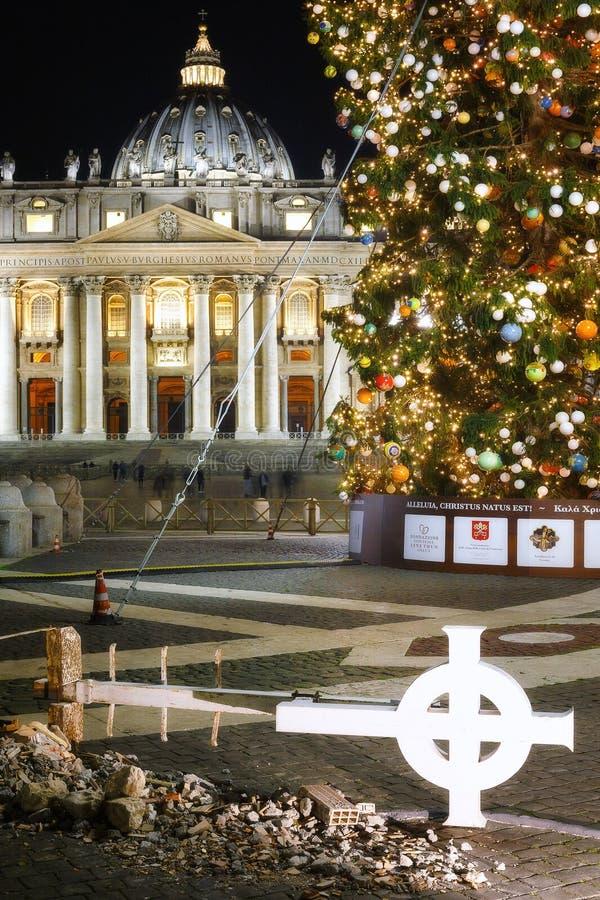 Símbolos de la Navidad en cuadrado del ` s de San Pedro fotos de archivo
