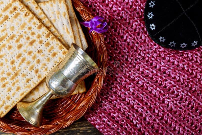 Símbolos de la pascua judía de Pesach del gran día de fiesta judío Matzah y copa de vino tradicionales fotos de archivo libres de regalías