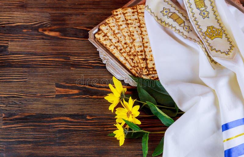 Símbolos de la pascua judía de Pesach del gran día de fiesta judío Matzoh, matzah o matzo tradicional foto de archivo
