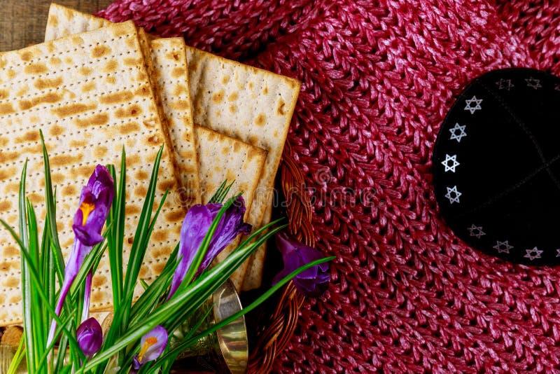 Símbolos de la pascua judía de Pesach del gran día de fiesta judío Matzoh, matzah o matzo tradicional imagenes de archivo