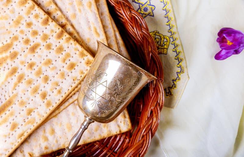 Símbolos de la pascua judía de Pesach del gran día de fiesta judío Matzoh, matzah o matzo tradicional foto de archivo libre de regalías