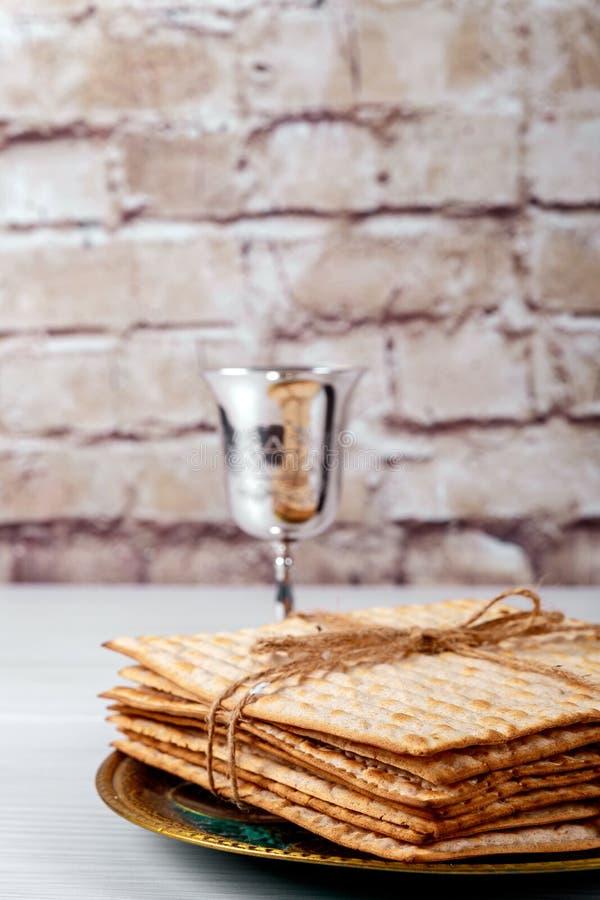 Símbolos de la pascua judía de Pesach del gran día de fiesta judío Matzoh, matzah o matzo tradicional imágenes de archivo libres de regalías