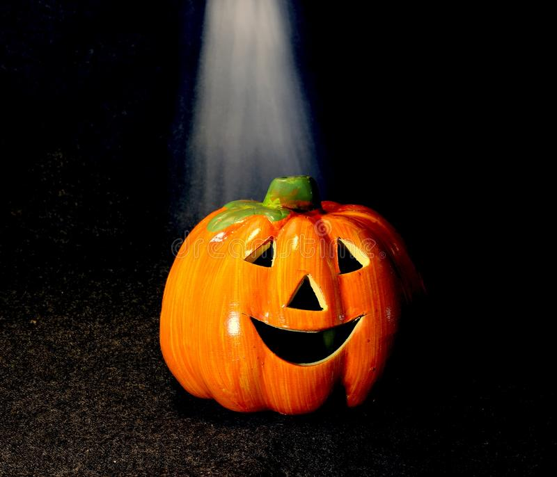 Símbolos de linterna anaranjados del enchufe o de Halloween con humo imagenes de archivo