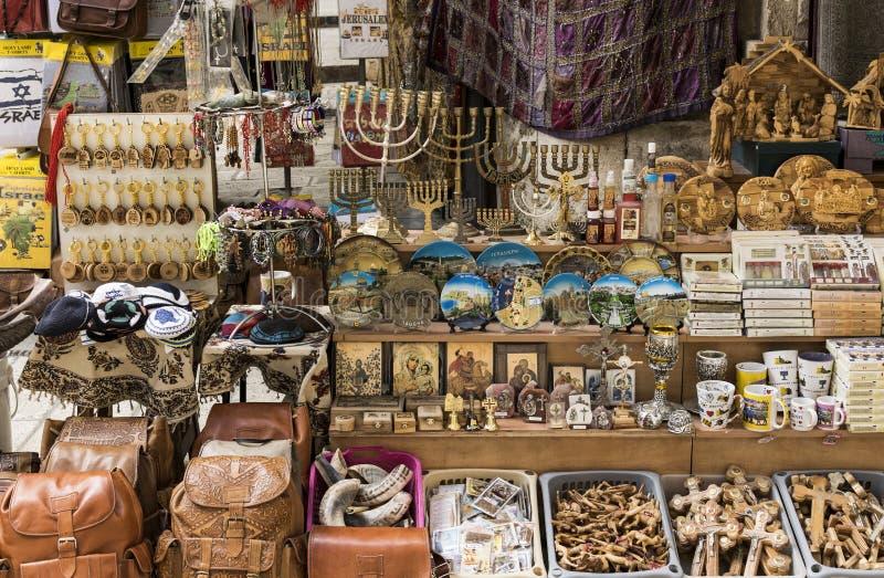 Símbolos de los recuerdos de Israel en venta en el mercado en la ciudad vieja de Jerusalén fotografía de archivo