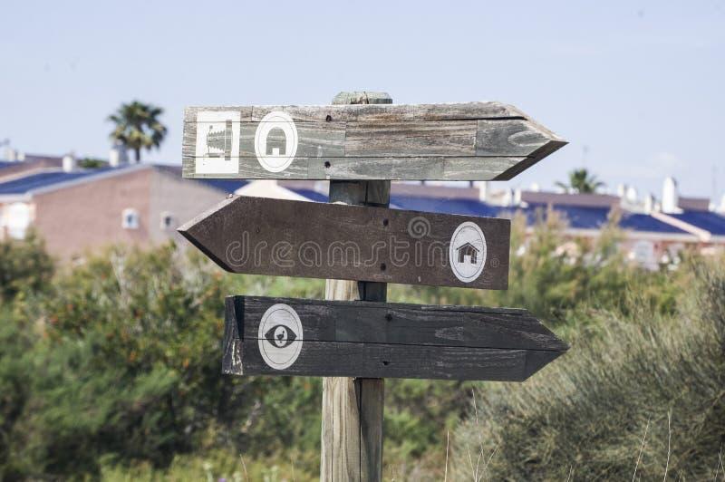 Símbolos de várias indicações em um parque imagens de stock