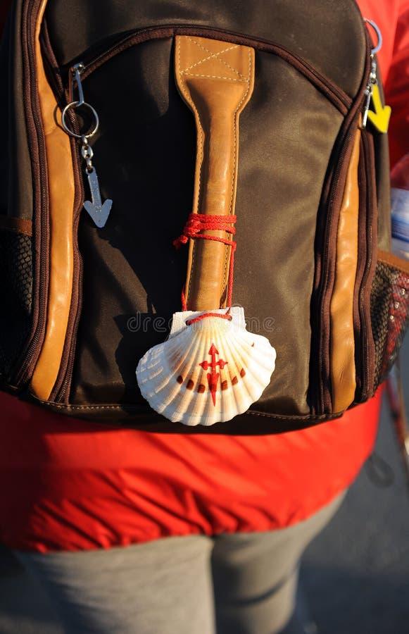 Símbolos del Camino de Santiago, mochila, concha de peregrino foto de archivo libre de regalías