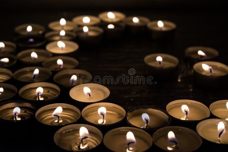 Símbolos del Islam Luces de la vela en fondo negro fotos de archivo libres de regalías