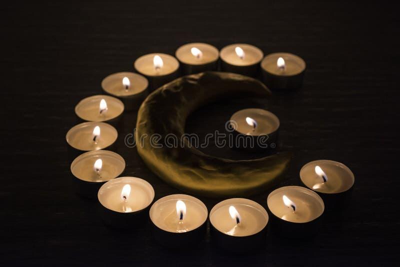 Símbolos del Islam Luces de la vela en fondo negro imagen de archivo libre de regalías
