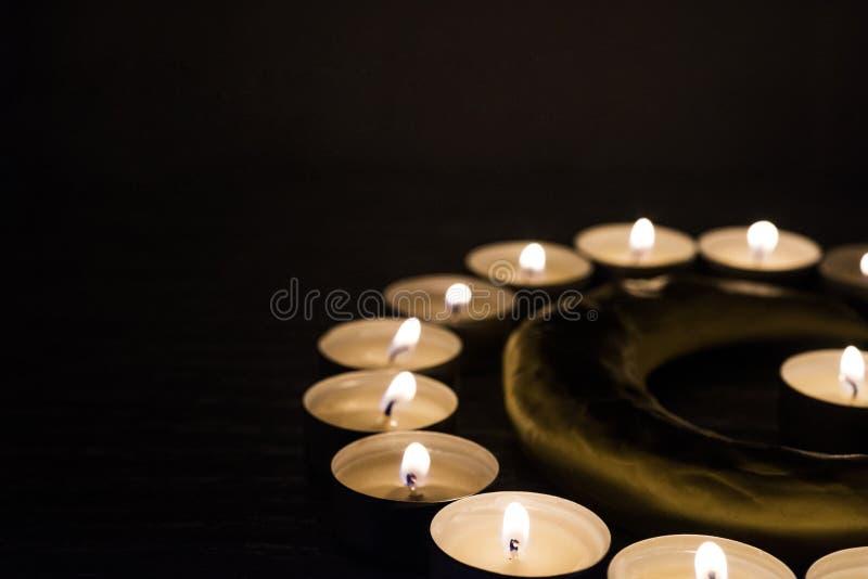Símbolos del Islam Luces de la vela en fondo negro imagenes de archivo