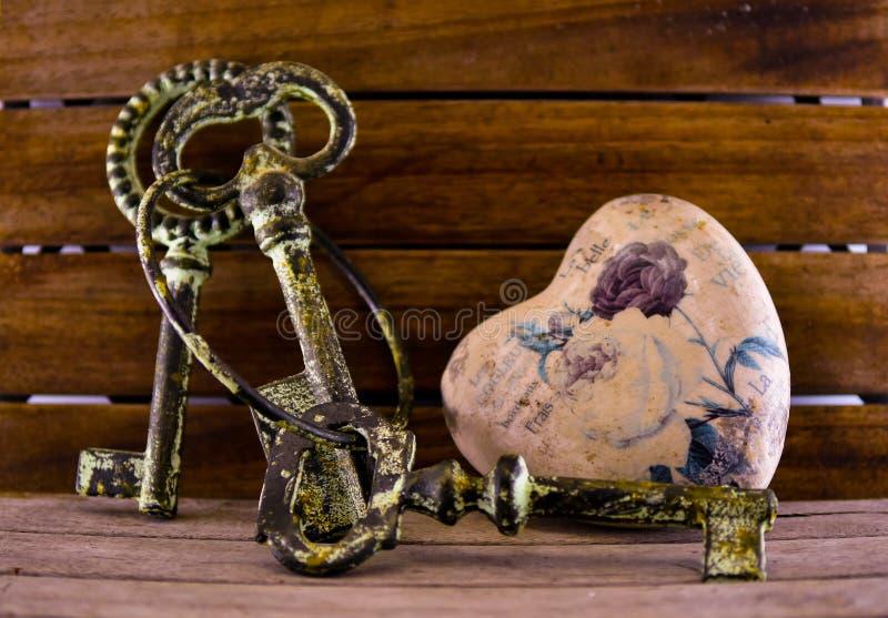 Símbolos do amor, a amizade e a confiança, um coração bonito e as chaves a ele, foto de stock