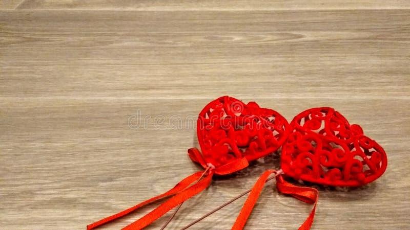 Símbolos do cartão do Valentim do fundo da textura da madeira do amor imagem de stock royalty free