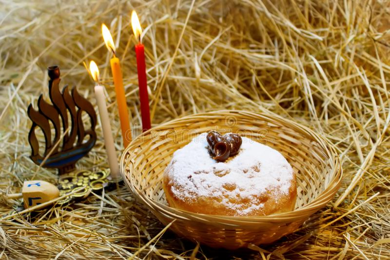 Símbolos do Hanukkah: Hanukkah Sufganiyah, Hanukkah Menorah, Hanukkah Dreidels fotos de stock